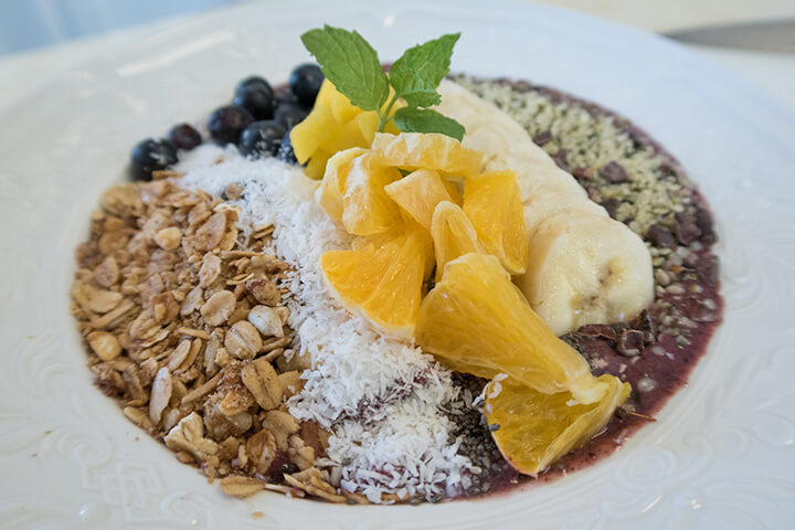 Smoothie bowl breakfast